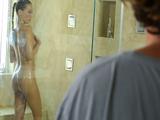 Me pajeo viendo a mi cuñada en la ducha