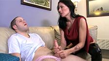 Zoey Holloway masturbando a su hijastro en el salón de casa