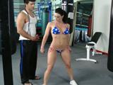 Intenta ligar con Kendra Lust en el gimnasio
